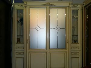 Классический шкаф купе массив с фацетными зеркалами и гравировкой Сургут