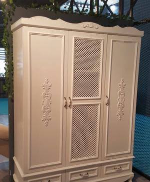 Распашные двери с декоративными накладками Сургут